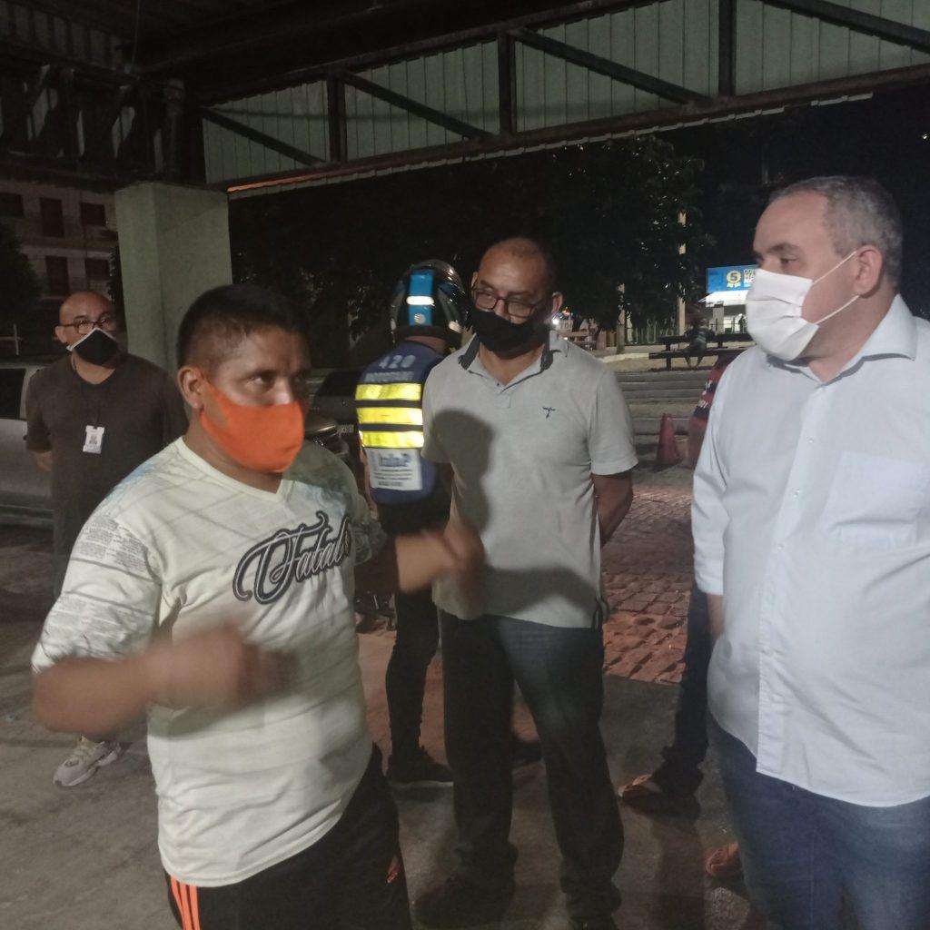 Prefeito de Itapipoca em diálogo com um dos imigrantes venezuelanos