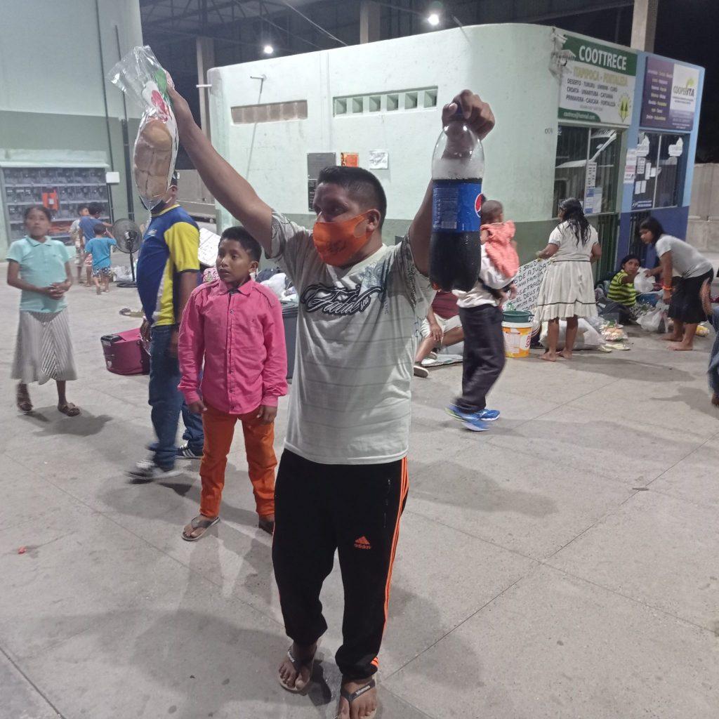 Feliz, o venezuelano comemora a doação recebida